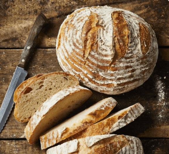 밀가루로 이루어지는 빵과 나이프 사진
