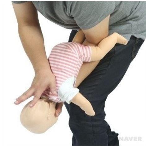 기도가 폐쇄된 영아의 등 중앙을 손바닥 아랫 부분으로 세게 5회 두드린다.