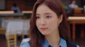 드라마 '런온'의 주연 배우 신세경이 티르리르의 '14K 핑크골드 브라이트 티 귀걸이'를 착용한 모습이 보인다. 티르리르 시그니처 글자 T가 새겨진 참이 인상적이다.