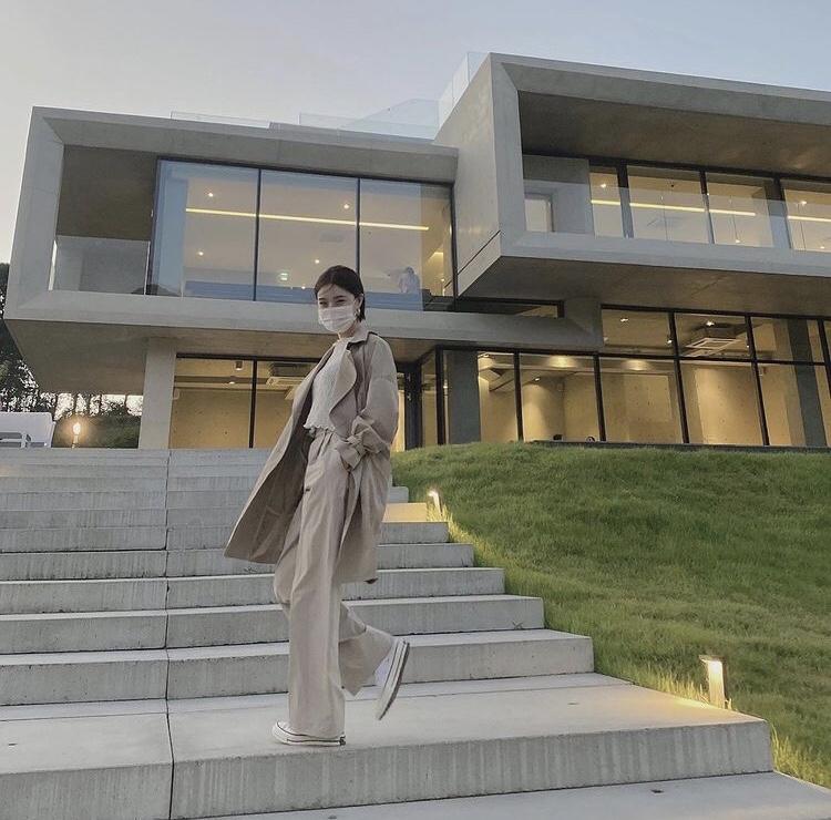 브레이브걸스 유나가 스타일리시한 트렌치코트와 함께 베이지 색상의 톤온톤 패션을 선보이고 있다.