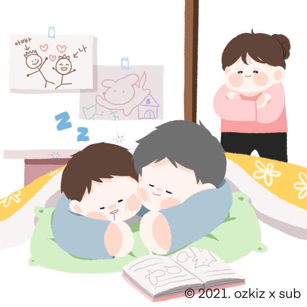아빠와 아들이 함께 잠이 든 그림, 뒤에서 흐뭇하게 지켜보는 엄마