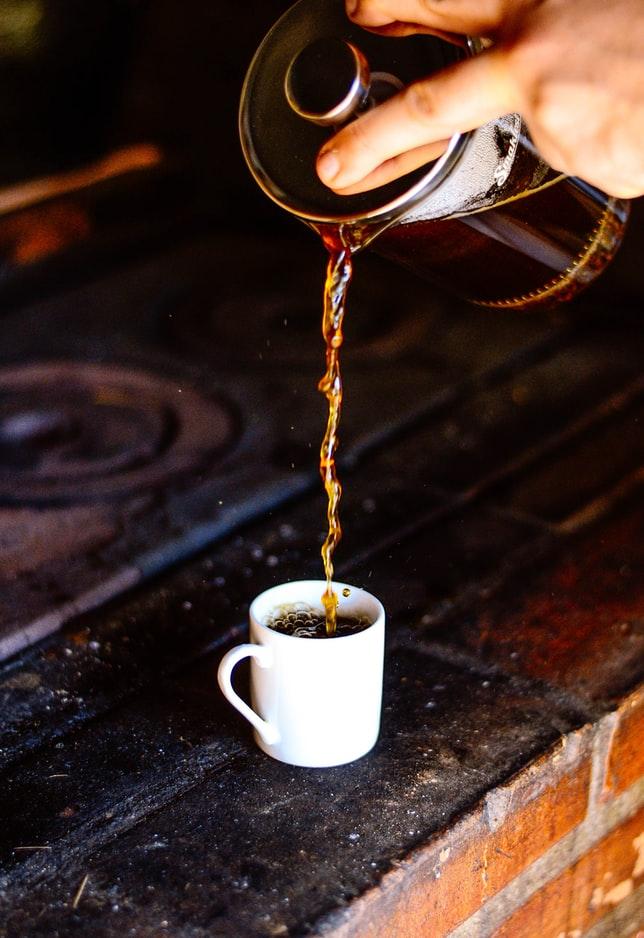 유리관 안에 분쇄된 커피를 담고서 뜨거운 물을 부어준 다음 금속성 필터로 짜내는 수동식 추출 방법입니다.