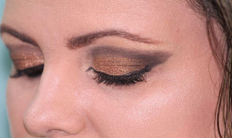한 여성이 눈 색조화장을 진하게 한 것을 볼 수 있다. 면봉에 바세린을 묻혀 살살 문질러주면 메이크업 리무버의 효과를 볼 수 있다.