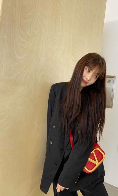 레드벨벳 조이가 디자이노 발렌티노의 미니백 '스몰 슈퍼비 카프스킨 크로스백'을 매고 있는 모습이다.