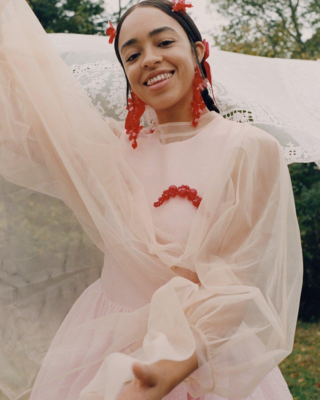 시몬 로샤 특유의 사랑스러움을 살린 시스루와 레이스가 더해진 원피스의 모습이다.