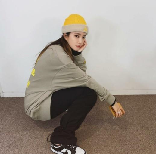 티아라 효민이 빈트릴 제품의 오버핏 맨투맨을 입은 모습이다.