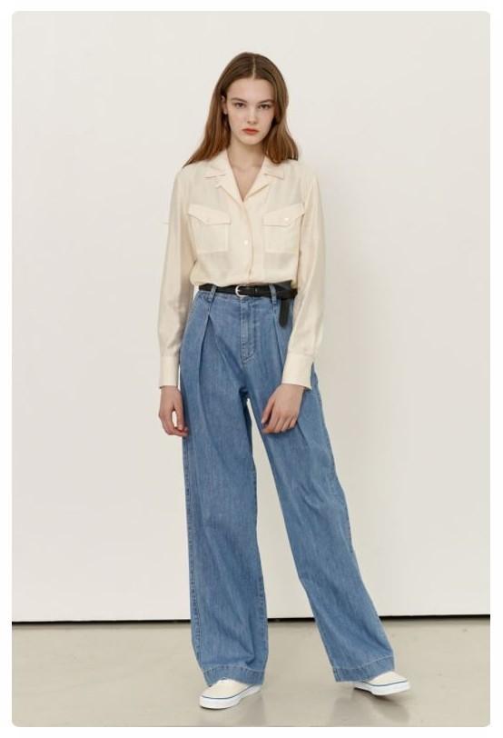 앤유의 'GASIRI Wide fit denim pants(Light blue)' 제품을 착용한 모델 사진입니다.
