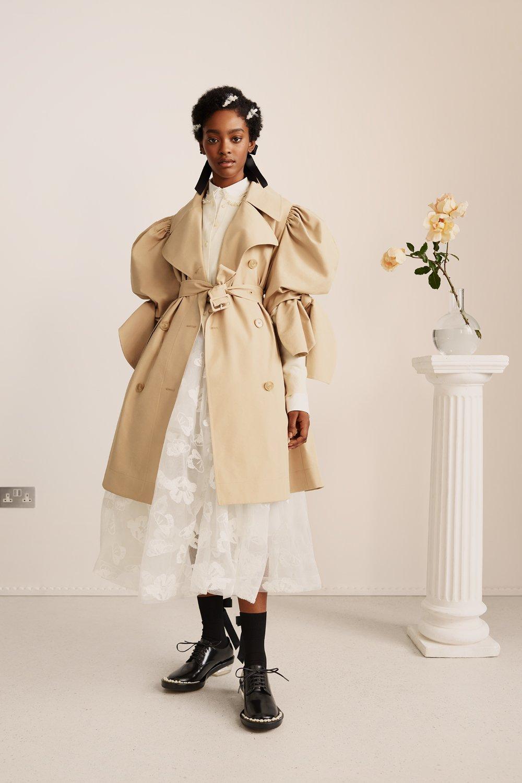 시몬로샤와 H&M의 콜라보 제품 중 트렌치코트의 모습이다.