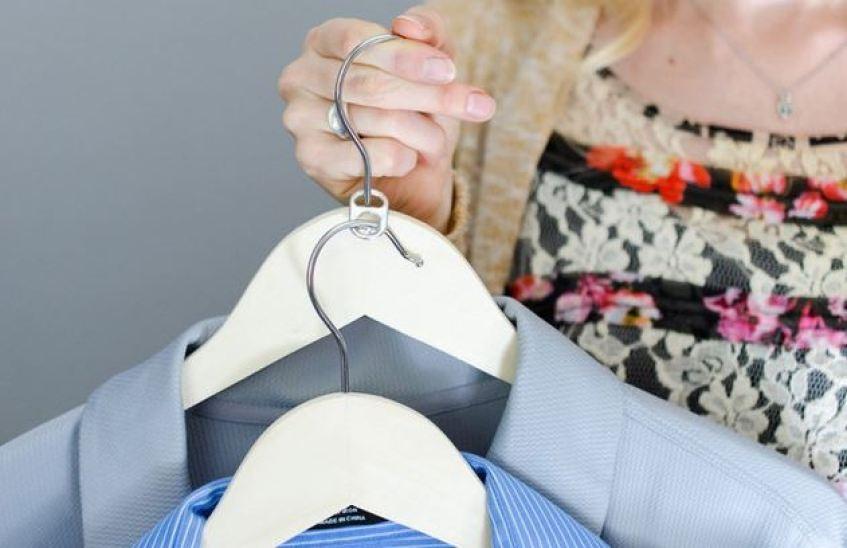 옷걸이 한개에 캔뚜껑을 연결해 또 다른 옷걸이 활용하기