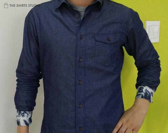 소매 단추를 채운 후 안쪽 배색이 보이도록 연출하는 셔츠 소매 접는법