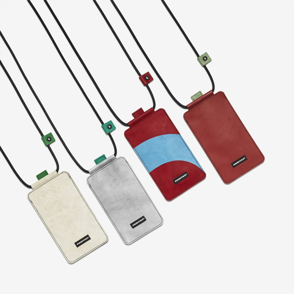리사이클링 브랜드 프라이탁에서 휴대폰 넥파우치를 출시했다.