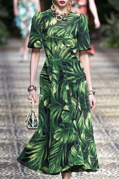Dolce & Gabbana 패션쇼에서 트로피칼 플로랄 패턴을 선보였다.