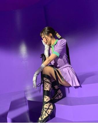 가수 현아가 'I'm not cool' 뮤직비디오에서 지미추 마린세르 컬렉션 슈즈를 착용하고 나온 모습이다.