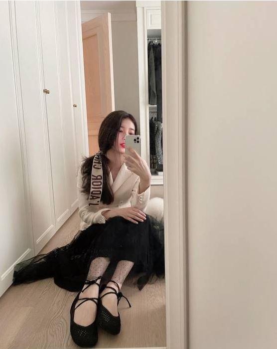 화이트 재킷과 블랙 튈 스커트, 스트래피 발레리나 슈즈코디 수지