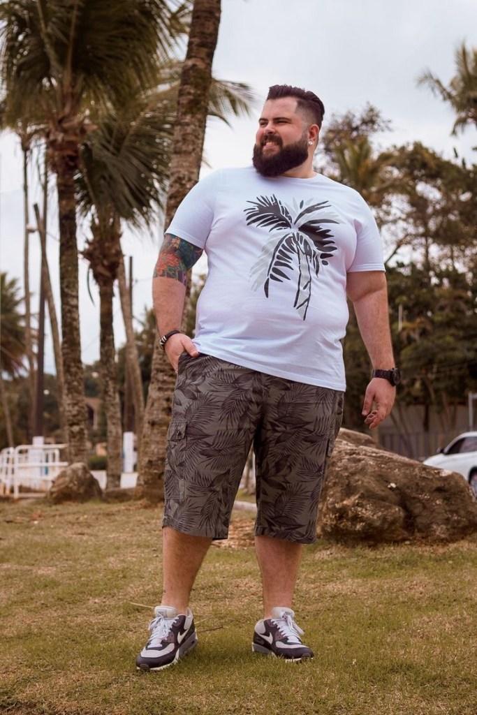 뚱뚱한 남자는 큰 프린트가된 티셔츠를 피해야한다.
