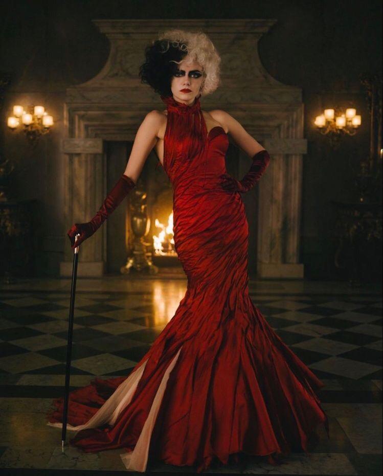 영화 크루엘라의 강렬한 붉은 드래스 패션