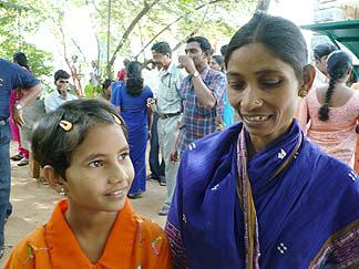 Namrata Nayak s matkou - nevim, zda před útokem, nebo téměř dokonale uzdravená po útoku. Podle kontextu v článku na UCA News.com, z něhož fotka pocházi, je to foceno v prosinci, tedy necelé čtyři měsice po útoku. Což je takřka neuvěřitelné.