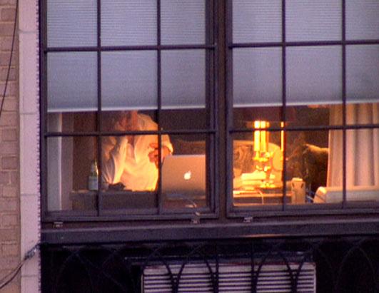 Bernie Madoff surfuje na internetu za oknem svého luxusního domácího vězení. (foto ABC News)