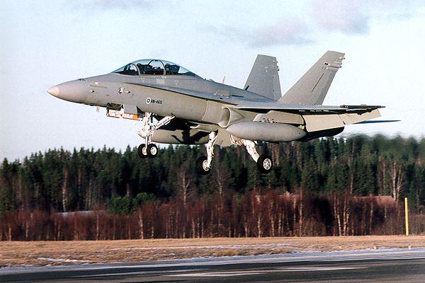 Přistávající F/A-18D Hornet finského letectva.
