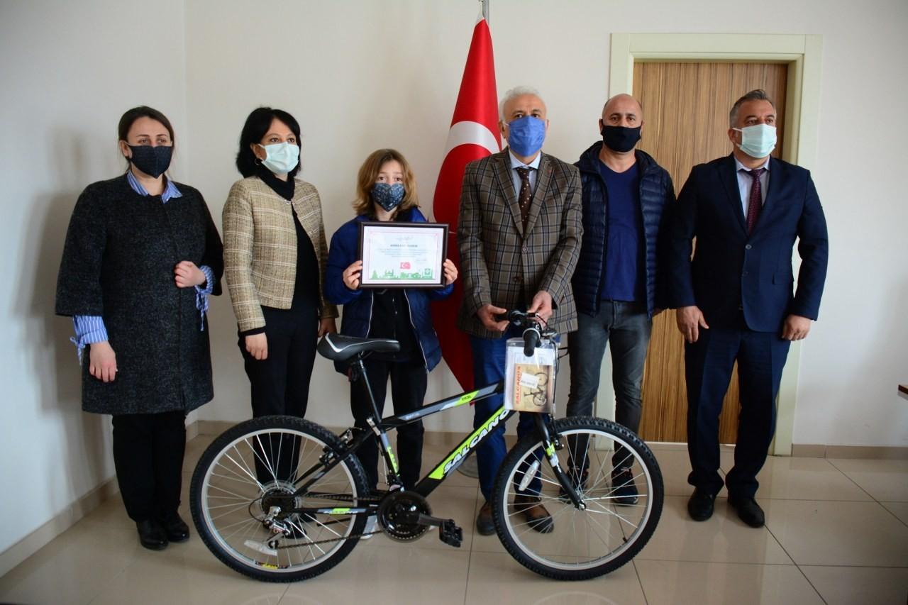 Resim yarışmasında dereceye giren öğrencilere ödülleri verildi