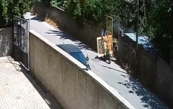 Güpegündüz demir kapı hırsızlığı kamerada