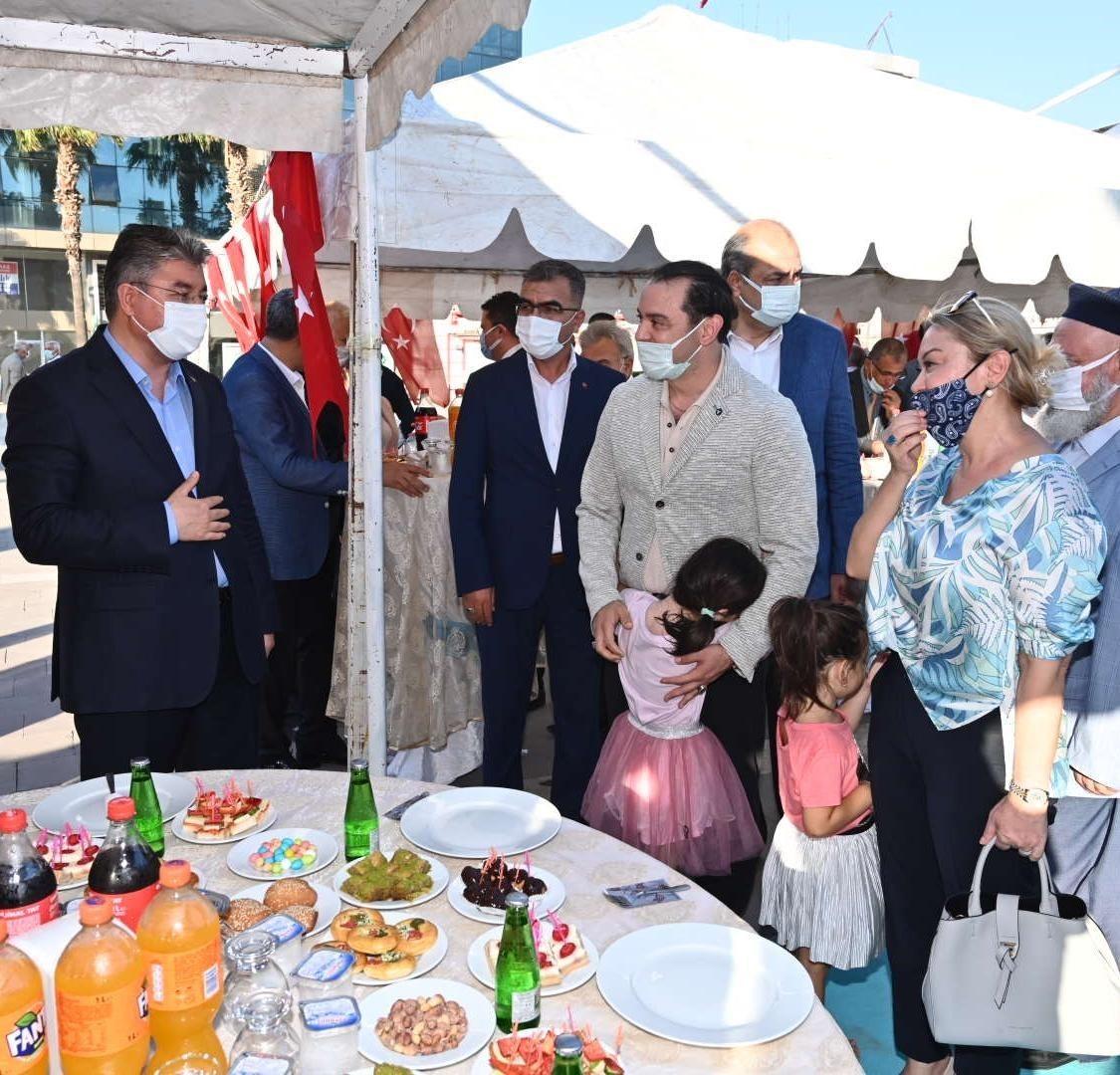 Osmaniye'de protokol üyeleri vatandaşlarla bayramlaştı