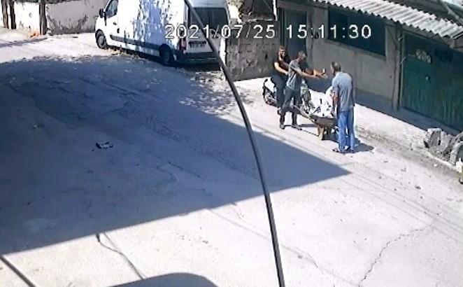 """Hırsızlık şüphelisi ile vatandaş arasındaki """"Çaldın, çalmadım"""" tartışması kamerada"""