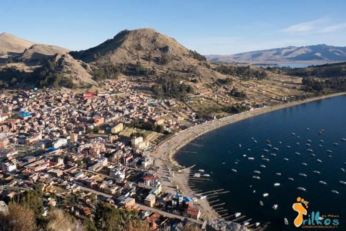 "Vista panorâmica da cidade e baía de Copacabana na Bolívia. Vistas desde o ""cerro El Calvario"""
