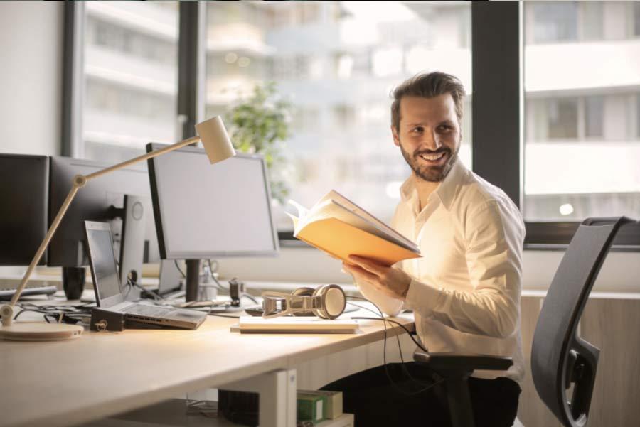 employe de bureau heureux