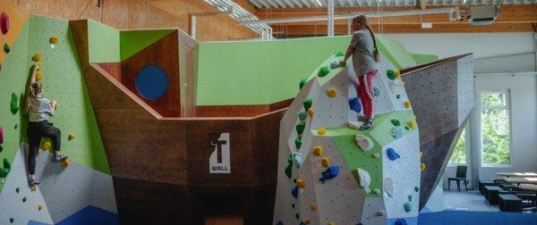 Kinder klettern im Nimmerland