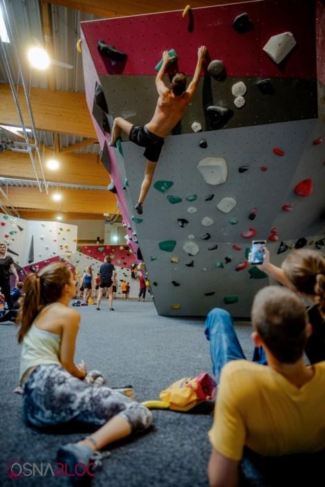 Boulderer erreicht den Top im Überhang