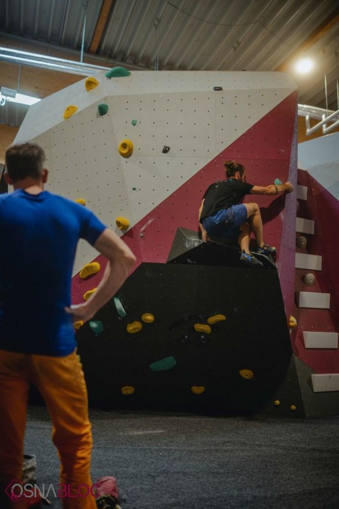 Mann beim Bouldern in der Boulderhalle OSNABLOC