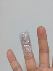 ラップを巻き付けた指