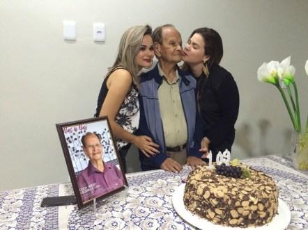 As irmãs, Isabela e Gabriela Nogueira, comemorando o aniversário de 109 anos do seu avô, Duca Jardim em Itanhém;