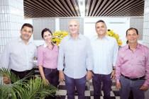 O gerente regional do Sebrae, Alex Brito, a gerente do Sicoob (sede), Ane Santiago, o diretor geral do Sicoob, José Dias, o empresário e proprietário da Nova Papelaria, Douglas Kretli e o diretor operacional do Sicoob, Irismar Portela, no evento do Sebrae Conecta em Teixeira de Freitas