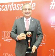 O secretário de Saúde da Bahia,Dr. Fábio Vilas-Boas,recebendo prêmio de Personalidade do Ano - Gestor da Saúde, que elege as 100 pessoas mais influentes do Brasil na área da saúde,Considerado o Oscar da Saúde, o evento foi promovido pelo Grupo Mídia