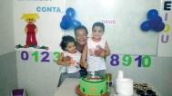 A vovó Zélia entre os netinhos David, o aniversariante, e Judit. Vejam a felicidade da vovó!