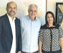 O prefeito de Eunápolis, Robério Oliveira, o senador da Bahia Otto Alencar, e a prefeita de Porto Seguro, Cláudia Oliveira
