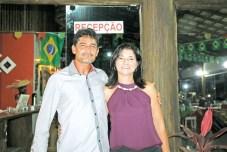 O empresário e ex-presidente da CDL de Itamaraju, Américo Mendes, e sua amiga presidente da CDL de Itamaraju, Heloísa Helena, na festa de São João em Itamaraju