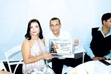 O empresário e proprietário da Danique Móveis, Deuslino Ribeiro, com sua esposa e diretora da Coopei de Itanhém, Mailza Cruz, no Destaque Empresarial de Itanhém