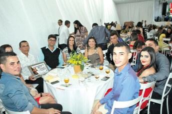 O empresário e proprietário da Danique Móveis, Deuslino Ribeiro, acompanhado de seus familiares, colaboradores e amigos, no Destaque Empresarial de Itanhém