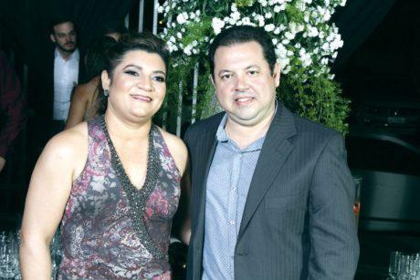 O sócio-proprietário da Exata Serviços Contábeis, Loucílio, com sua esposa Andréia Alves, no evento do Destaque Empresarial de Teixeira de Freitas