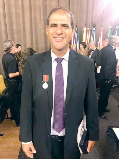 O membro do Conselho Federal de Farmácia, dr. Altamiro José dos Santos, recebendo a medalha do mérito da Academia de Ciências Farmacêuticas do Brasil, em solenidade realizada na noite do dia 10, na Câmara de Vereadores de São Paulo