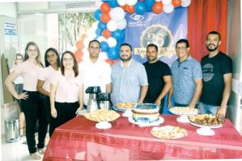 O gerente-geral da Ótica Safira, Adelmo Fernandes, com seus colaboradores no 36º aniversário da Ótica Safira em Teixeira de Freitas