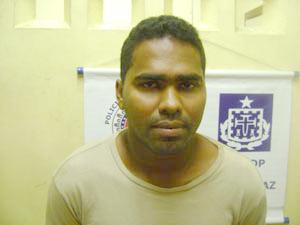 Ao lado do corpo de Adson Santos foram  encontrados um caderno escolar e um revólver (foto arquivo Radio Patrulha/24h)