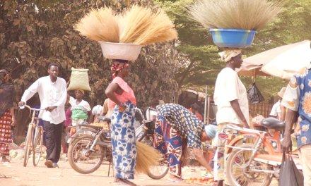 En autobús por Burkina Fasso: Una parada en el camino a Bobo Dioulasso.