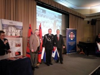 Dh Mariusz Kucharski odbiera dyplom i nagrodę.