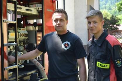 Strażak z OSP Gostyń stoi razem z członkiem MDP przy autopompie samochodu Jelcz