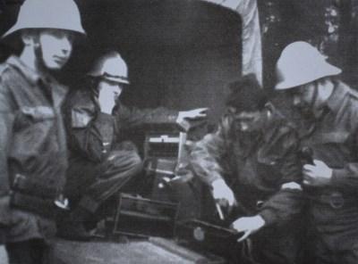 Zdjęcie przedstawia 4 strażaków