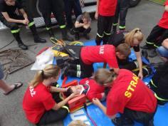 Ćwiczenia z pierwszej pomocy w trackie obozu szkoleniowego